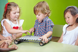 Fototapety Junge spielt Xylophon in Musikschule