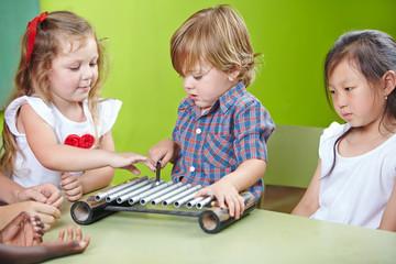 Junge spielt Xylophon in Musikschule