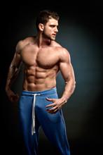 athlétique jeune homme exerçant