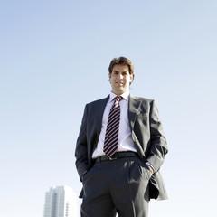 Hombre de negocios con edificio al fondo