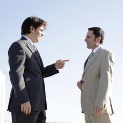 Hombres de negocios hablando