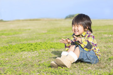 草原に座っている子供