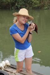 девушка поймала рыбу