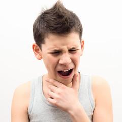 Подросток мучается болью