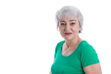 Gesicht einer grauhaarigen älteren Frau mit grauen Haaren
