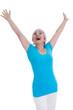 Glückliche ältere Frau isoliert auf weiß in Shirt türkis