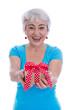 Ältere Frau isoliert hält ein Geschenk in den Händen