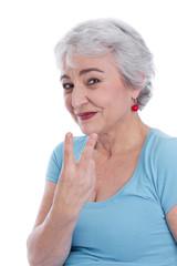 Grauhhaarige lachende ältere Frau in der zweiten Lebenshälfte