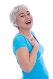 Ältere Frau isoliert in Shirt türkis lacht herzhaft