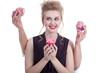 Junge Frau mit Cupcake überlegt