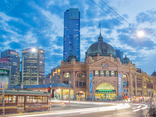 Foto op Canvas Treinstation Flinders Street Station in Melbourne at night