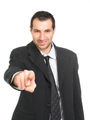 Giovane uomo che punta il dito
