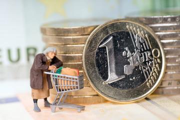 Alte Frau mit Einkaufswagen und Geld