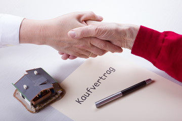 Einen Kaufvertrag für ein Eigenheim abschließen