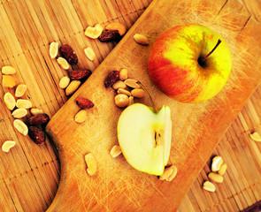 Яблоки и орехи на разделочной доска