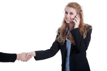 Geschäftsfrau telefoniert und begrüßt freundlich