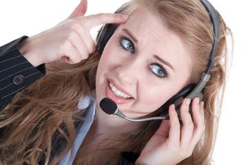 Geschäftsfrau mit Headset ist verärgert am Telefon