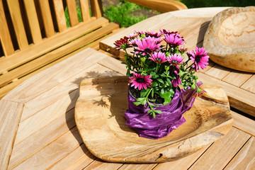 Holzmöbel mit Blumen als Tischdeko