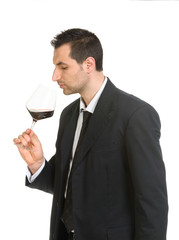 Giovane uomo con bicchiere di vino