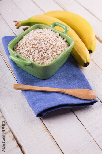 Oat flakes in bowl with bananas