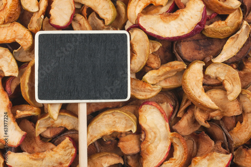 Pointer, the price tag lies on dried  apple