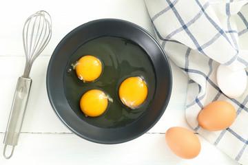 uova di gallina in piatto grigio
