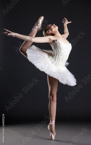 wizerunek-elastyczny-sliczny-balerina-taniec-w-studiu