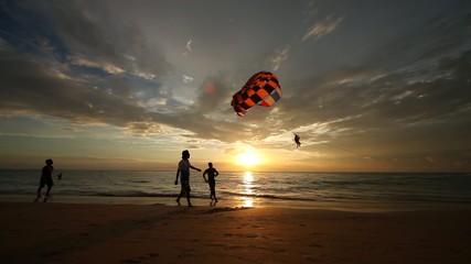 Полет на парашюте над морем вечером