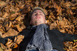 Hombre joven tumbado al sol