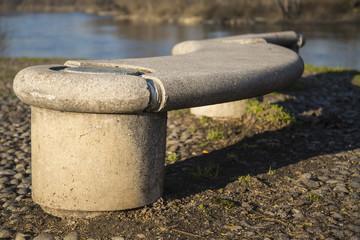 panchina di cemento riva fiume