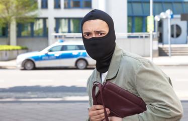 Handtaschenräuber auf der Flucht