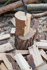 Brennholz hacken mit der Axt