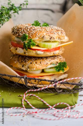 Tuinposter Picknick Vollkornbagel mit Käse, Ei und Gurke