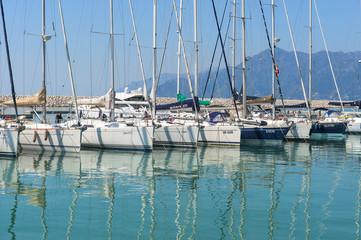 yacht e barche a motore dentro il porto Marina D'Arechi