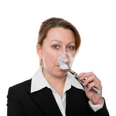 Blonde Geschäftsfrau dampft elektrische Zigarette, freigestellt