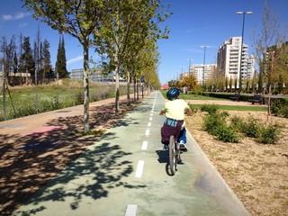 bicicleta por el carril bici de la ciudad