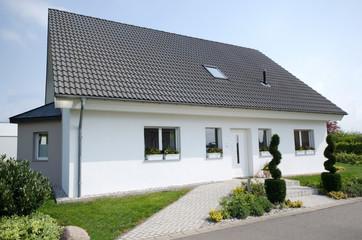 Eigenheim - Haus - weiss