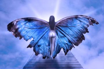 donna con ali di farafalla