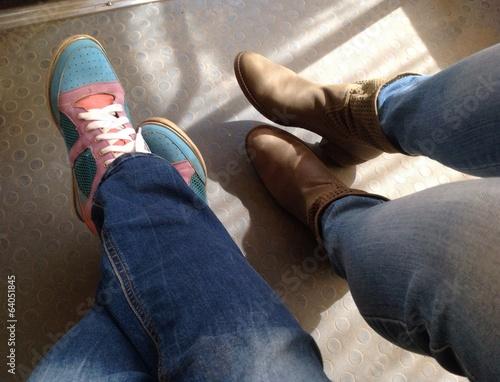 две пары ног в ботинках