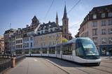 Nowoczesny tramwaj na ulicach Strasburga we Francji