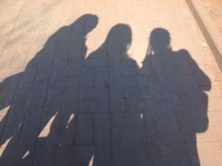 тени от трех девушек