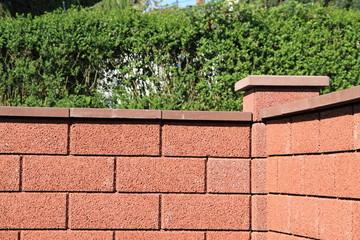 neue rote Gartenmauer