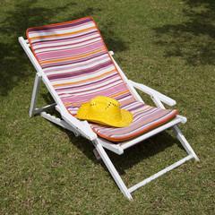 Sombrero amarillo sobre tumbona de colores