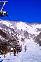 スキーリフトと白馬五竜スキー場