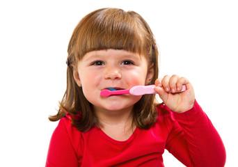 bambina che si lava dei denti