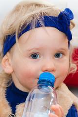 Petite fille et sa bouteille