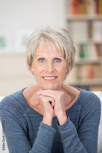Leinwanddruck Bild entspannte ältere dame stützt kinn auf