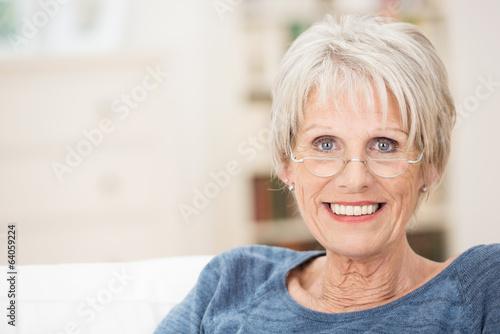 Leinwanddruck Bild moderne seniorin mit lesebrille