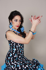 Vestidos de gitana-  Mujer bailando sevillanas.