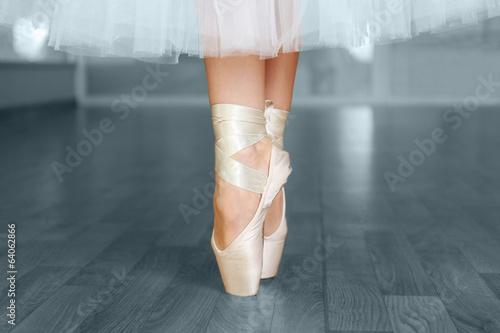 nogi-baleriny-w-pointes-w-sali-do-tanczenia